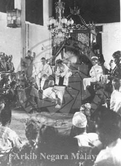 Seated ( left to right ) : Oliver Marks, Acting British Resident ; His Highness Sultan Idris of Perak ; Raja Muda Abdul Jalil. Source: Arkib Negara Malaysia