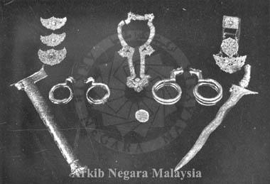 Perak Regalia (Agok, kanching halkah, dokoh, armlets, chap halilintar, Keris Hang Tuah). Source: Arkib Negara Malaysia