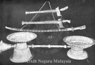 Perak Regalia (Keris Pestaka, Keris Hang Tuah, Chorik Si Manjakani, Ball of Petrified Dew, Nafiri and two Pedastal Tray. Source: Arkib Negara Malaysia