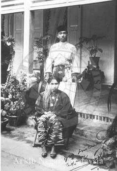 Raja Abdul Aziz (Raja Muda of Perak) with his wife Raja Khadijah binti Sultan Idris taken in 1923. Source: Arkib Negara Malaysia