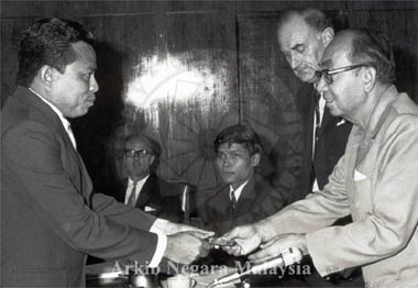 Raja Lope Razman receiving the Outward Bound School Tunku Abdul Rahman Award from the Prime Minister Tun Hj. Abd. Razak Bin Dato' Hussein, 28 August 1972