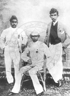 Almarhum Sultan Idris of Perak (seated) with his son Raja Abdul Jalil (right) and his nephew Raja M. Mansur. Source: Arkib Negara Malaysia