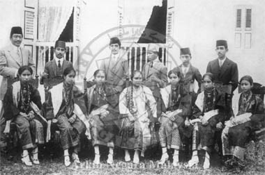 Seated (left to right); Tengku Ampuan Halijah bt. Sultan Idris; Raja Kimas (wife of Raja Abdul Rasyid); Raja Puteh Kalsom bt. Sultan Idris (wife of Raja Chulan); Tengku Permaisuri, Che Uteh Mariah (second wifof Sultan Idis); Raja Arbiah bt. Sultan Idris (unmarried); Raja Fatimah bt. Sultan Idris; Raja Mahtra (wife of Raja Harun). Standing (left to right); Raja Chulan bin Sultan Abdullah; Raja Harun Al-Rashid bin Sultan Idris; Raja Shaharuddin bin Sultan Idris; Raja (later Sultan) Abdul Aziz.