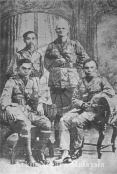 Sitting Pictures Singapore on Sitting  L To R   Lt  Tunku Abdul Rahman Of Negeri Sembilan  Lt  Raja