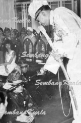 DYAM Raja DiHilir Ekram performing 'menjunjung duli' in 1965.