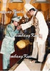 YM Raja Dato' Ahmad Tajuddin receiving the Dato' Paduka Mahkota Perak from Almarhum Sultan Idris Shah in 1983.