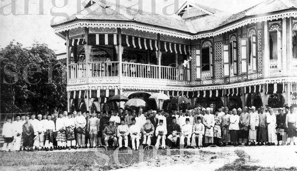 A group photo with Almarhum Sultan Iskandar, likely to be in conjunction with the retirement of CWC Parr, the then British Resident, c.1927
