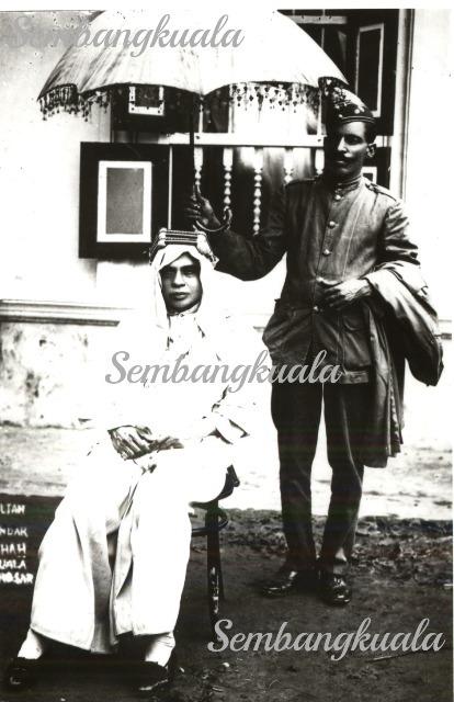 Gambar Duli Yang Maha Mulia Sultan Alang Iskandar Shah bergambar selepas merasmikan Masjid Pulau Tiga pada tahun 1935.