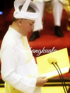 D.Y.M.M Paduka Seri Sultan Nazrin Shah Sedang Membaca Lafaz Sumpah