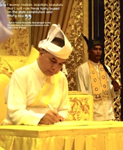 Sultan Nazrin Muizzudin Shah signing the document of oath as the new Sultan of Perak.