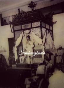 Toh Seri Nara Membisik Rahsia Sultan kepada Raja Yang Dipertuan - Almarhum Sultan Yussuf Izzuddin
